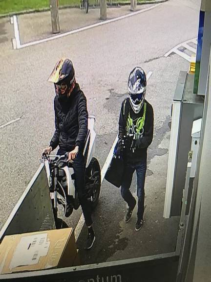 Die Landespolizei Vorarlberg sucht nach diesen zwei Unbekannten. (Bild: Landespolizei Vorarlberg)