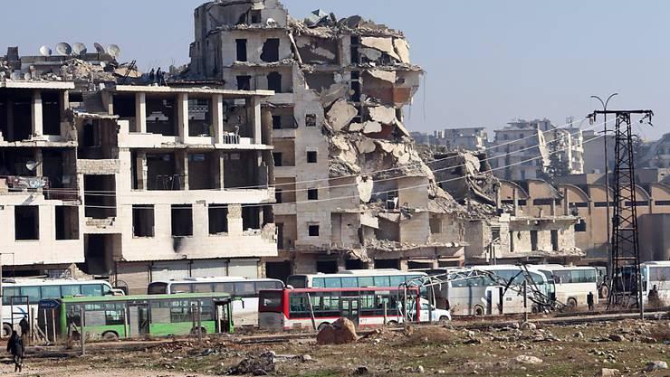 Busse stehen im zerbombten Ost-Aleppo bereit, um Menschen herauszubringen. Die UNO soll die Evakuierungen beobachten.