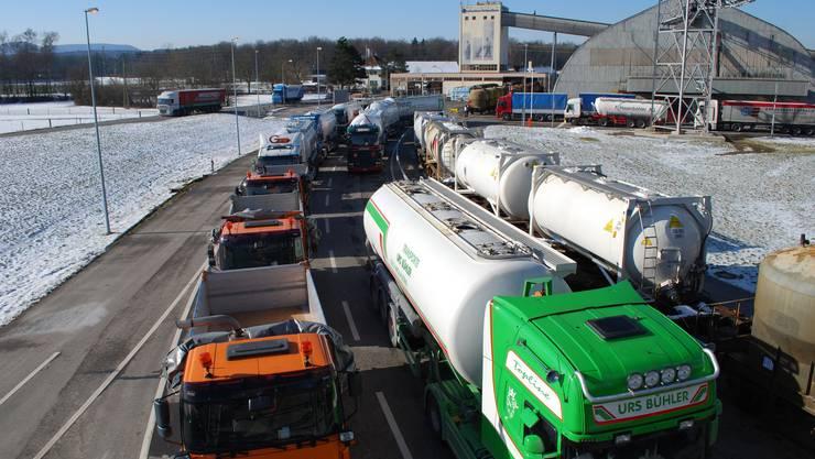 Bei der Saline Riburg stehen zahlreiche Lastwagen, die Streusalz laden. – Foto: AZ