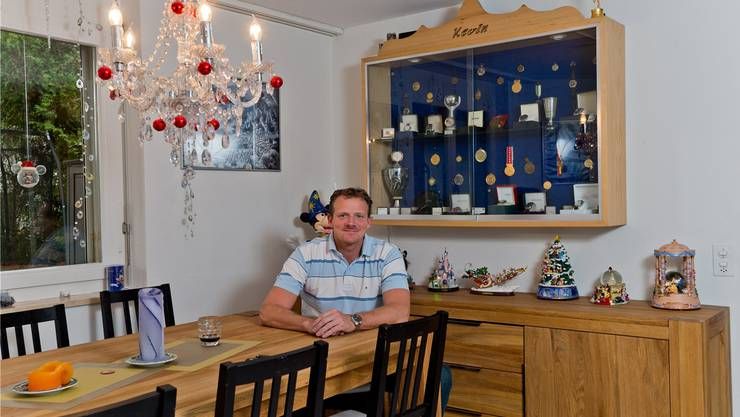 Eishockey-Trainer Kevin Schläpfer lebt inmitten von Sammelstücken: Medaillen und Disney-Figuren im Wohnzimmer, Eishockey-Pucks im Keller.E. FREUDIGER