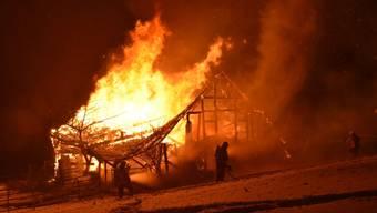 Beim Brand einer Scheune im winterlichen Amden SG kam für 37 Tiere, darunter vier Kälber und zehn Ziegen, jede Hilfe zu spät.
