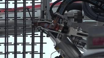 Dübendorf – 29.06.2017 – In Dübendorf steht das NEST, ein Forschungsgebäude der Empa und Eawag in Zusammenarbeit mit der ETH Zürich. Hier entsteht das dreigeschossige DFAB House – das weltweit erste Haus, das komplett von Robotern und 3D-Druckern gebaut wird. Ab Sommer 2018 sollen Forschende in das 200 Quadratmeter-Haus einziehen und es im Alltag testen.