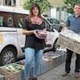 Bea Steiner (l.) und Stephan Grossenbacher am Ort, an dem in den letzten Wochen Tonnen von Lebensmitteln eingepackt wurden.