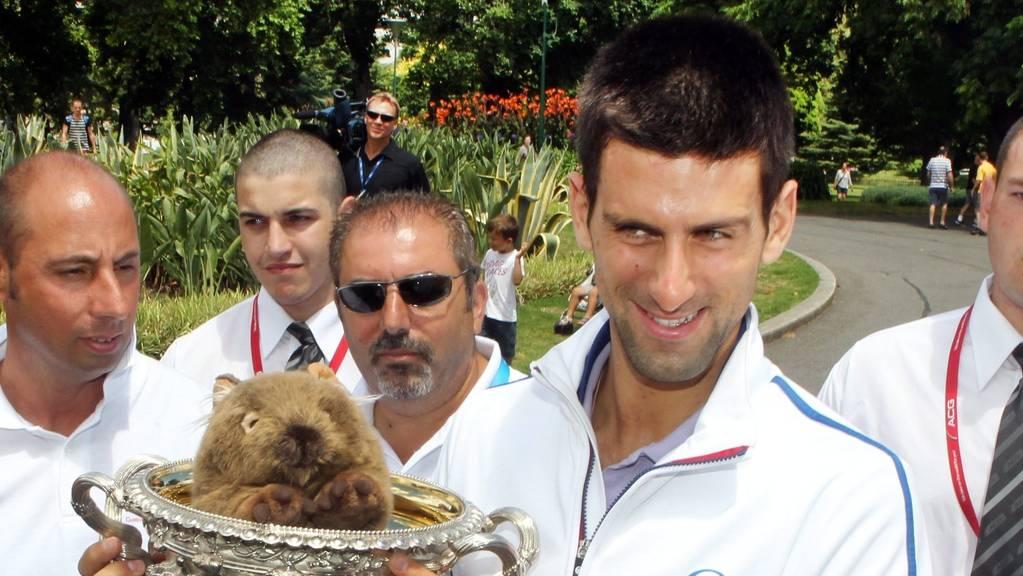 Der serbische Tennisprofi Novak Djokovic mit einem Plüsch-Wombat. In der Natur leiden Wombats unter einer speziellen Form der Krätze, deren Erreger in den langen, feuchten Höhlen der Beuteltiere besonders gut gedeihen. Das haben Roboter herausgefunden. (Symbolbild)