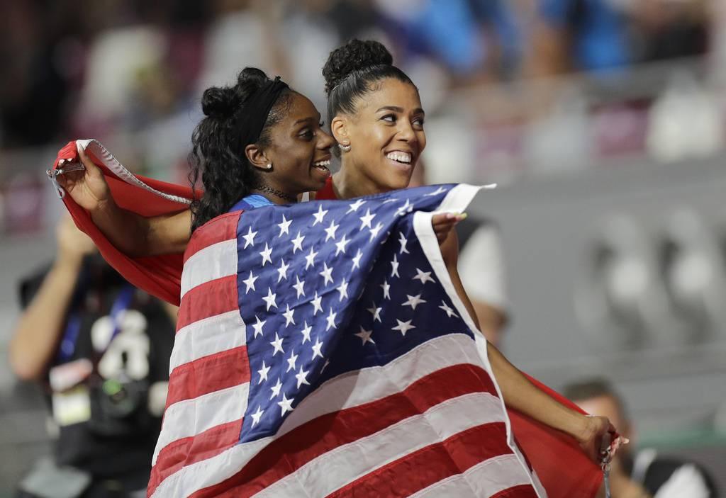 Mujinga Kambundji mit Goldmedaillen-Gewinnerin Dina Asher-Smith. (© Keystone/Peter David Josek)