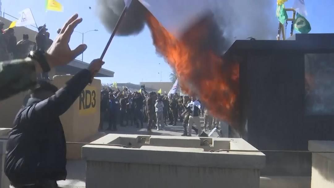 Demonstranten greifen US-Botschaft an