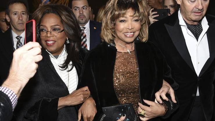 Tina Turner mit Oprah Winfrey (links) und Ehemann Erwin Bach in New York 2019. (Foto: Evan Agostini/Invision/AP)