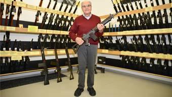 Eduard Brodbeck in der SIG-Waffensammlung, in welcher 650 Schusswaffen, Prototypen und Blaupausen lagern.
