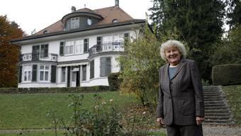 Marieluise Schild (1927-2020) im Park ihrer Grenchner Villa am Kirchenhügel (Bild von 2008)