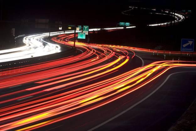 Tolles Bild eines AZ-Fotografen: Der Abendverkehr rollt über die Autobahn A1 vor dem Bareggtunnel bei Baden-Dättwil. (2008)