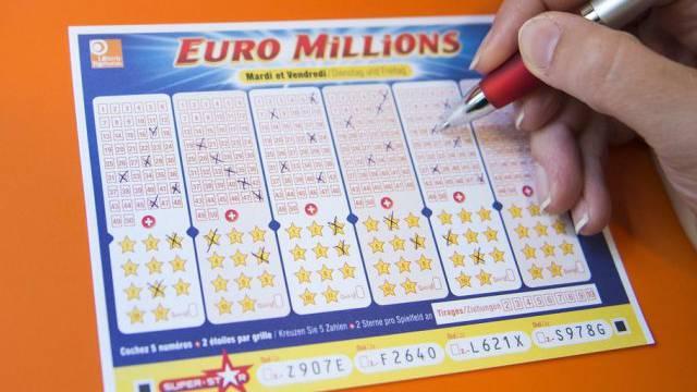 Jemand füllt einen Spielschein von Euro Millions aus (Symbolbild)