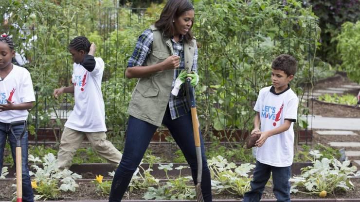 First Lady Michelle Obama ist sich nicht zu schade, im Garten tatkräftig mitanzupacken.