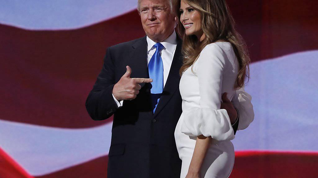 Präsidentschaftsanwärter Donald Trump führt seine Frau Melania beim Parteitag als Rednerin ein und überrascht mit seinem Aufkreuzen am ersten Tag der Veranstaltung der Republikaner.