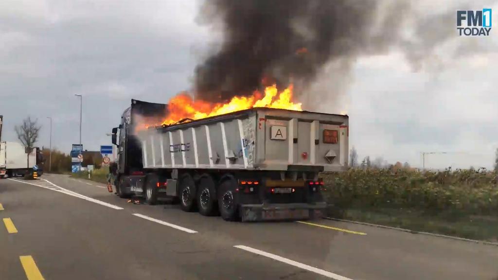 Die Ladung des Lastwagens brannte bei Bottighofen lichterloh.