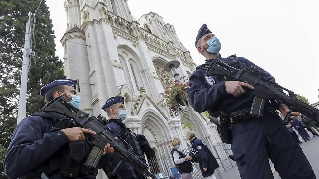 Polizisten stehen nach einer Messerattacke in der Nähe der Kirche Notre-Dame Wache.