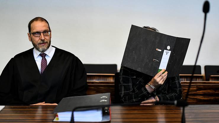 Muss auch nach der Verbüssung der Strafe hinter Gitter bleiben: Der verurteilte Schweizer mit seinem Anwalt Robert Phleps (links) beim Prozess in Freiburg. (Archiv)