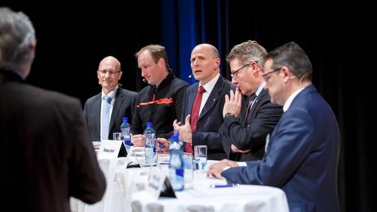 E-Mobility gibt zu reden. Unter der Leitung von Kommunikationsberater Iwan Rickenbacher diskutierten (v.l.): Peter Arnet (Alpiq E-Mobility AG), Thomas Binggeli (Thömus AG), Thomas Jenni (Autogewerbeverband Sektion Solothurn), Landammann Roland Fürst und AEK-Direktor Walter Wirth.