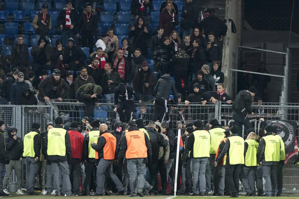Eklat in Basel: Sion-Fans stürmen das Spielfeld
