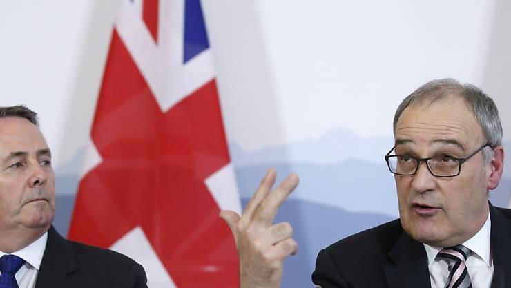 Die Schweiz und Grossbritannien haben sich auf die Zeit nach einem No-Deal Brexit vorbereitet: Der britische Handelsminister (links) und Bundesrat Guy Parmelin unterzeichneten im Februar ein Handelsabkommen. (Archiv)