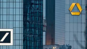 Nach der geplatzten Hochzeit mit der Deutschen Bank hat die Commerzbank zum Jahresauftakt einen Gewinneinbruch ausgewiesen. (Archiv)