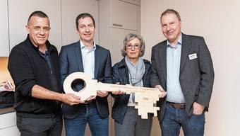 Architekt Andri Seipel, Reto Meier, Silvana Marbach und Geschäftsleiter Christoph Ziörjen (v.l.) bei der Schlüssel-Übergabe.