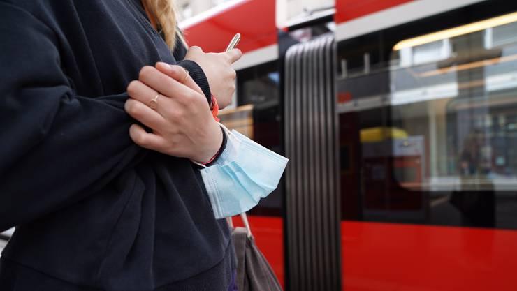 Trotz Pflicht können sich längst nicht alle täglich neue Hygienemasken leisten. (Archiv)