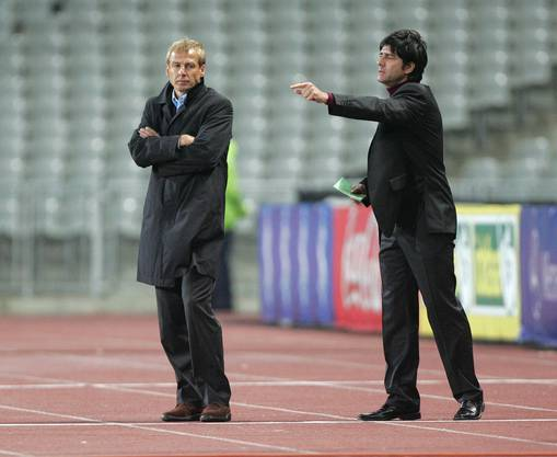 Der Assistent sagt, wo es lang geht: Jogi Löw (rechts) im Jahr 2005 neben seinem Chef Jürgen Klinsmann (Bild: key).