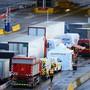 LKWs und PKWs reihen sich am 24.12. für die Fahrt durch den Eurotunnel von Dover nach Calais ein. Foto: Aaron Chown/PA Wire/dpa