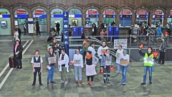 Juso-Flashmob im Basler Bahnhof