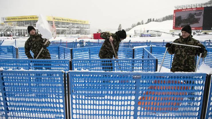 Das Schweizer Militär ist im Einsatz, um den Zielbereich vom Schnee zu befreien.