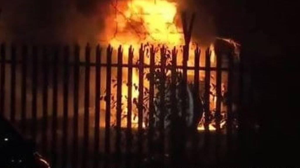 Der Helikopter ging nach dem Absturz in Flammen auf.