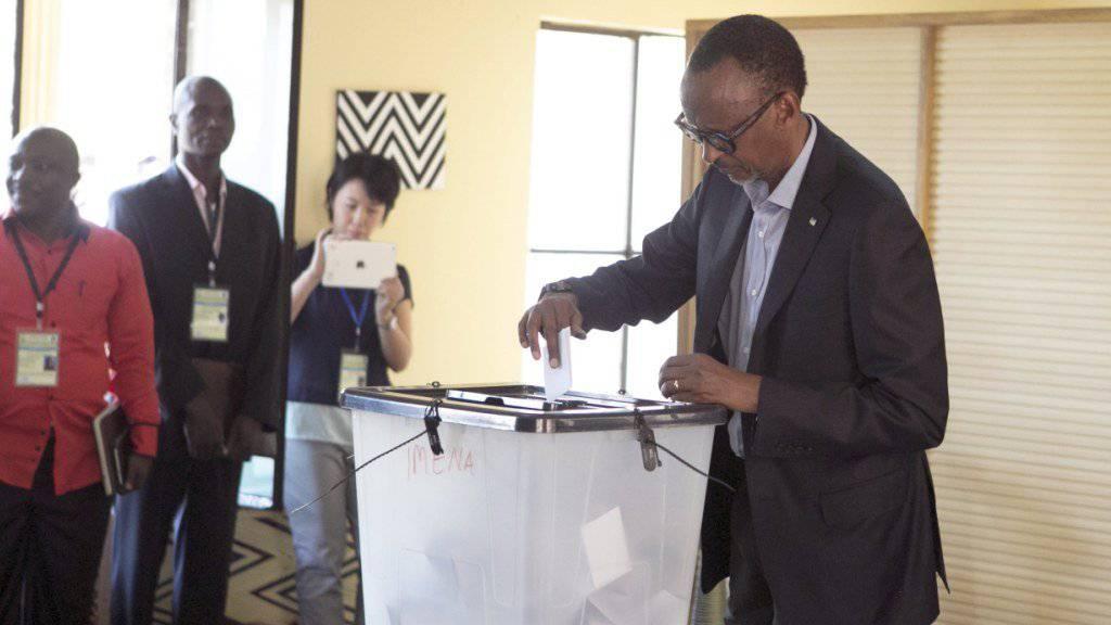 Der Präsident Ruandas Paul Kagame - hier bei seiner Stimmabgabe - ist mit einer überwältigenden Mehrheit im Amt bestätigt worden.
