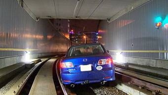 Auto fährt in Tramtunnel in Glattbrugg