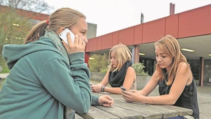 Die Laufner Gymnasiastinnen dürfen wieder telefonieren.