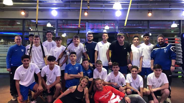 Die FC Olten B Junioren bereiten sich neu in der Fitness Factory Olten auf Ihre neue Saison vor.Auf dem Bild mit dem TRX Spezialkoordinationstraining. Ideal für Fussballer.