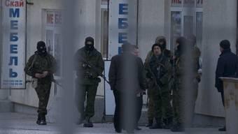 Bewaffnete Soldaten auf der Krim in Simferopol