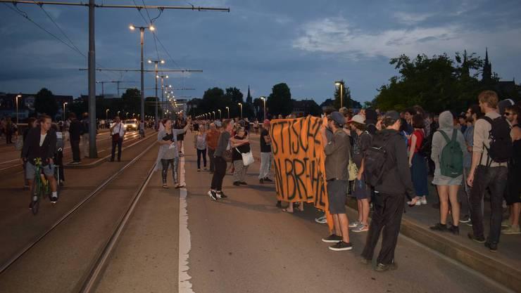 Wortgefecht auf der Wettsteinbrücke mit Linksextremen.