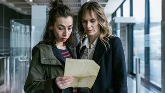 Carol Schuler als Kommissarin Tessa Ott (l.) und Anna Pieri Zuercher als Kommissarin Isabelle Grandjean (r.) im neuen Zürcher Tatort.