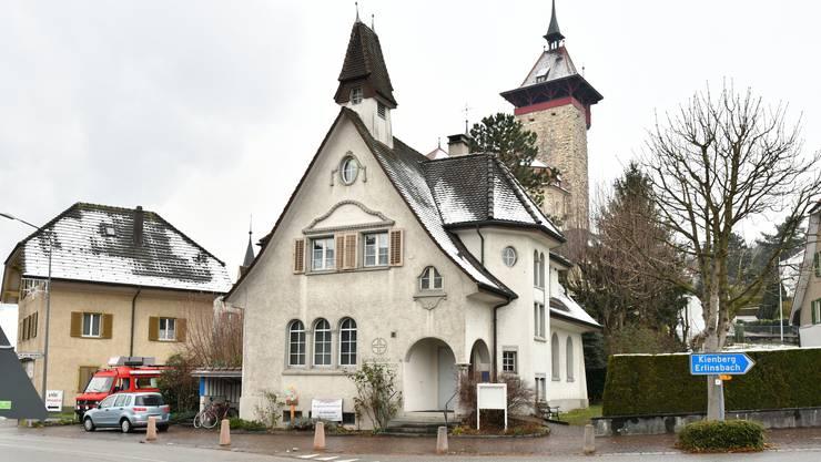 Die Kapelle steht an der Hauptstrasse in Niedergösgen, im Hintergrund befindet sich die Schlosskirche.