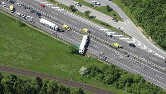 Unfall auf der Autobahn bei Oftringen, Lastwagen gekippt
