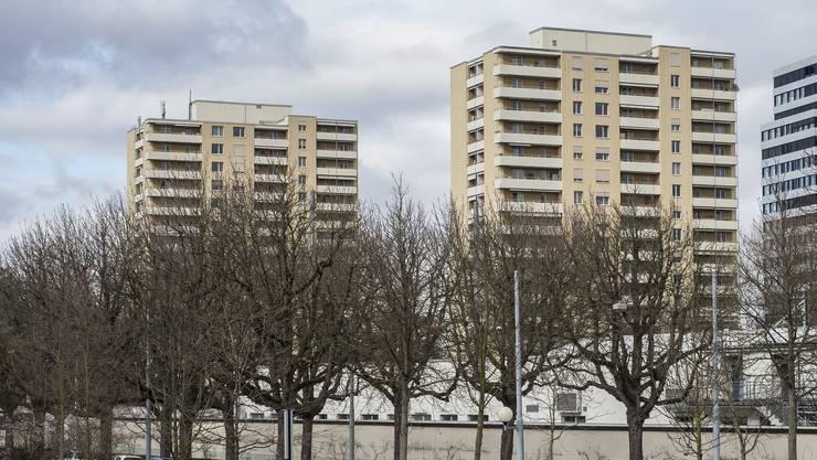 Die Hochhäuser am Schorenweg werden saniert: Die überraschten Mieter müssen ihre Wohnungen verlassen.