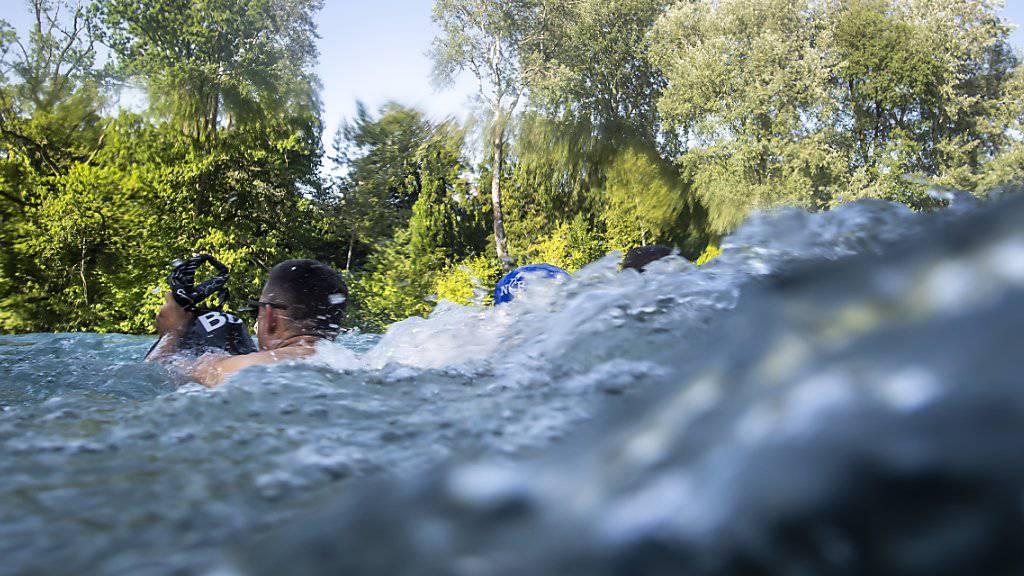 Übermut und unangepasstes Verhalten am und im Wasser kann rasch fatale, manchmal tödliche Folgen haben. Die meisten Todesopfer sind junge Männer zwischen 15 und 30 Jahren. (Archivbild).