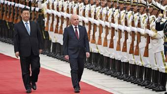 Der damalige Bundespräsident Ueli Maurer war im April 2019 zu Gast in China. Mit Staatspräsident Xi Jinping schreitet er die Ehrenformation ab.