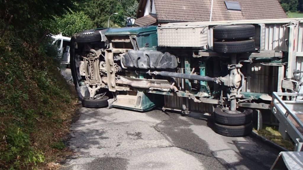 Unter diesem umgekippten Lastwagen wurde der 42-Jährige eingeklemmt. Für ihn kam jede Hilfe zu spät.