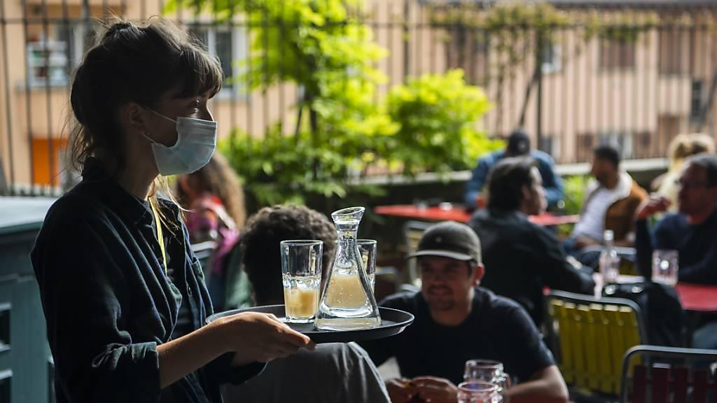 Die Mindestlöhne im Gastgewerbe bleiben wegen der Coronavirus-Pandemie auf dem Stand von 2019. (Symbolbild)