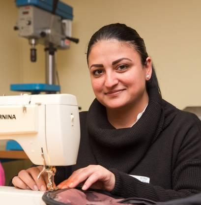 Melek Sener mit ihrer Nähmaschine.