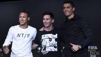 Neymar, Messi und Ronaldo stehen (v.l.n.r.) vor der Fifa-Gala der Presse Red und Antwort.