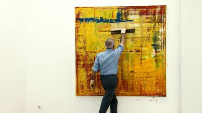 Bedächtig und konzentriert arbeitet Gerhard Richter (81) mit dem Spachtel. Foto: Alamy
