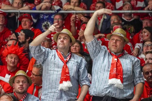 Die Schweizer Fans müssen mitleiden wenn die Schweiz immer gleich nach dem Ausgleich wieder einen Gegentreffer kassieren.