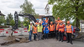 Die Verantwortlichen nach dem symbolischen Spatenstich für den neu gestalteten Dorfplatz in Leutwil.
